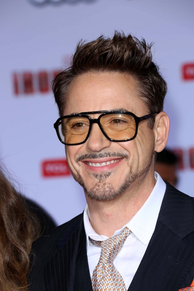 Robert Downey Jr. entrega brazo de iron man