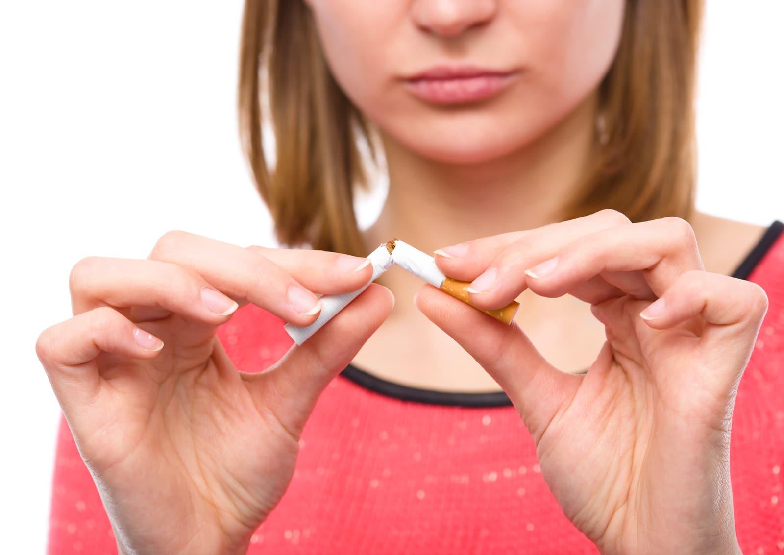 5 malos hábitos que son casi iguales a fumar