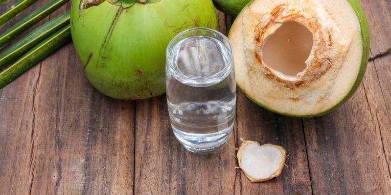 Descubre los grandes beneficios de tomar agua de coco en ayunas