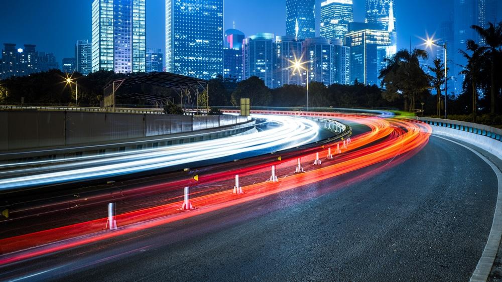 carretera que brilla en la oscuridad