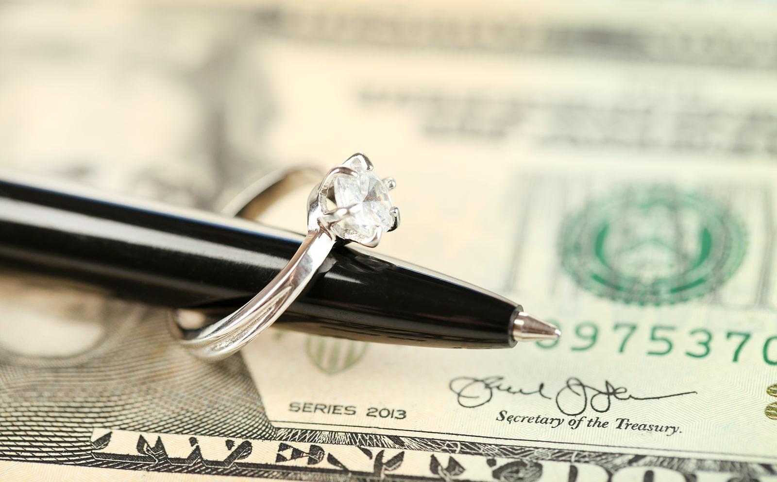 ¿Cuánto debe costar un anillo de compromiso?