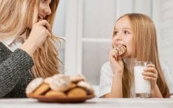 Las Mejores Galletas Orgánicas Para Niños Pequeños. Madre e hija comiendo galletas