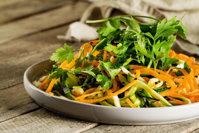 fresh green salad, alimentos veganos que no sabias, dieta vegana alimentos permitidos, alimentos veganos recetas, vegano y vegetariano, alimentos vegetarianos y veganos, veganos famosos