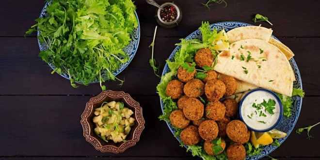 falafel al horno, falafel receta, falafel israeli, falafel vegano, falafel con garbanzos de lata, salsa para falafel, como hacer falafel, falafel vegano al horno, recetas veganas, recetas veganas saladas, recetas veganas faciles y economicas, recetas veganas faciles y deliciosas, recetas veganas y vegetarianas