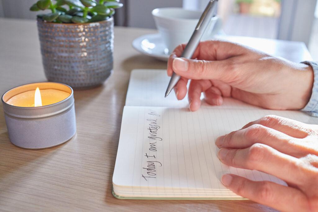 actividades para mejorar la salud mental, actividades para trabajar la salud mental, escribir un diario como terapia, psicología diario personal, que es un diario terapéutico, diario emocional